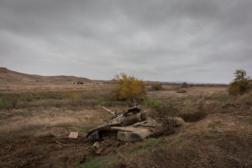 Füzuli. Keçmiş cəbhə bölgəsi boyunca məhv edilmiş bir erməni tankı. New York Times üçün Ivor Prickett